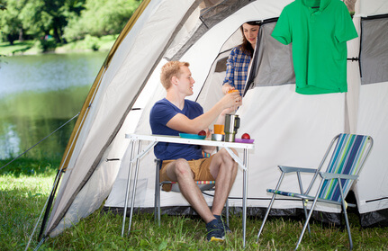 Gedeckter Campingtisch